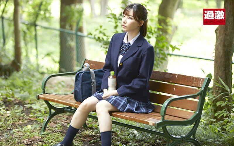 制服姿で公園にいる人気AV女優の深田えいみ